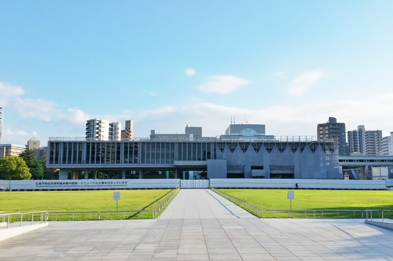 Osaka to Hiroshima shinkansen bullet train with JR pass. Best things to do in Hiroshima peace park: Peace memorial museum. Backpacking Japan.