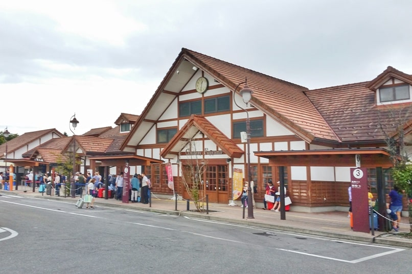 Things to do in Kawaguchiko in one day itinerary. Day trip from Tokyo. Kawaguchiko station. Bus to Kawaguchiko from Tokyo. Train to Kawaguchiko from Tokyo. Backpacking Japan