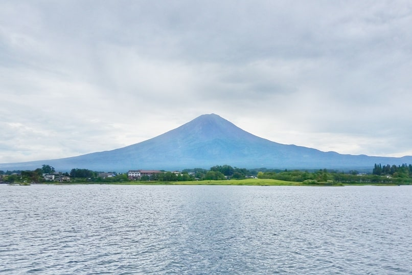 Things to do in Kawaguchiko in one day itinerary. Lake Kawaguchi boat ride with Mt Fuji views. Backpacking Japan