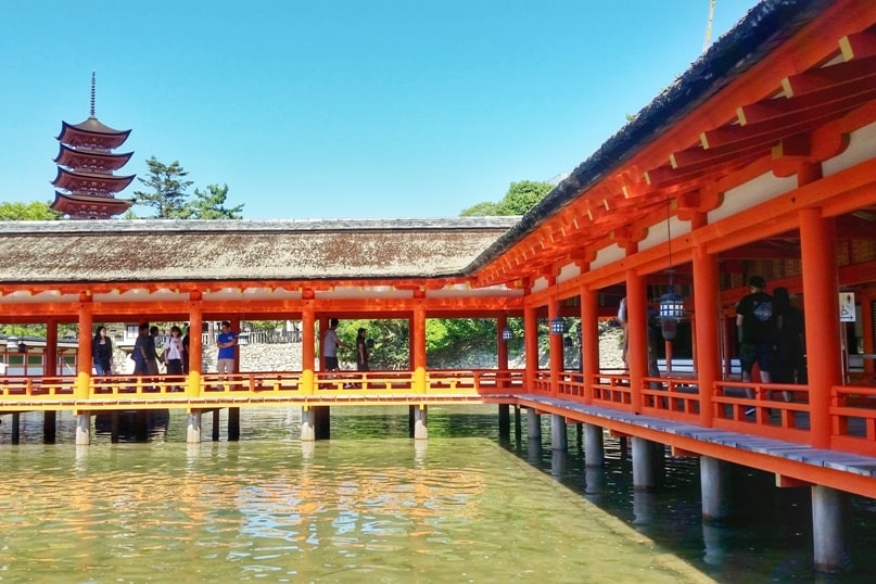 Best things to do on Miyajima Island in one day itinerary: High tide times. Visit to Itsukushima shrine. Backpacking Japan.
