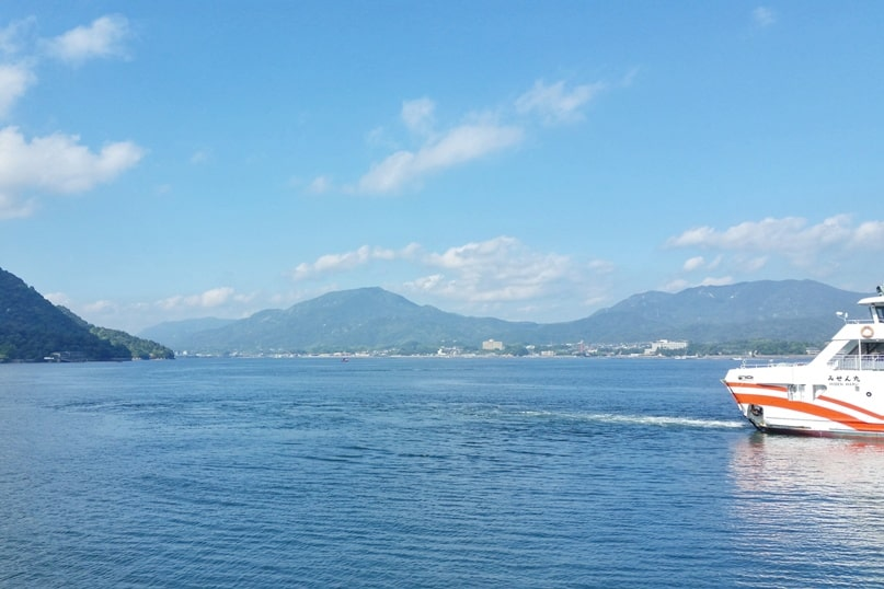 Things to do on Miyajima island in one day itinerary. Miyajima JR ferry from Hiroshima. Backpacking Japan.