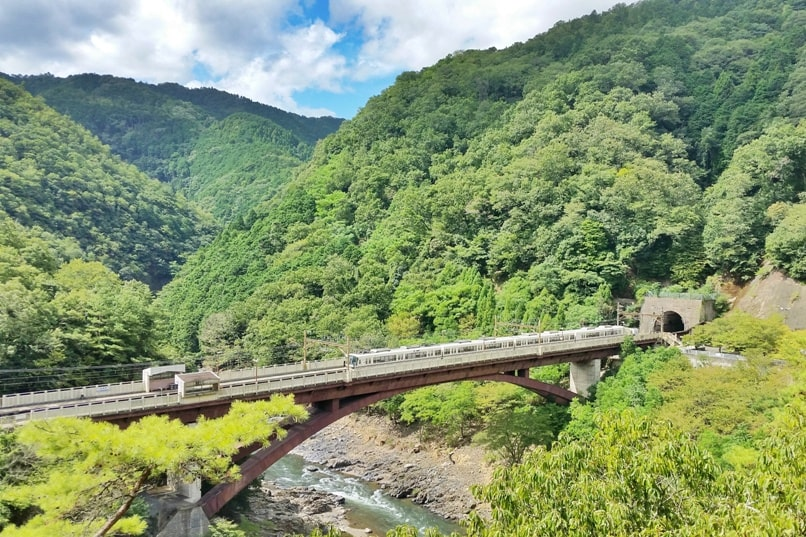 Tokyo to Kyoto shinkansen bullet train with JR pass. Best things to do in Kyoto: Arashiyama Sagano train on Hozukyo River. Backpacking Japan with train travel tips.