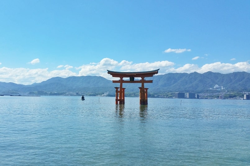 Visit Miyajima high tide times. Floating torii shrine gate. Itsukushima shrine. Backpacking Japan