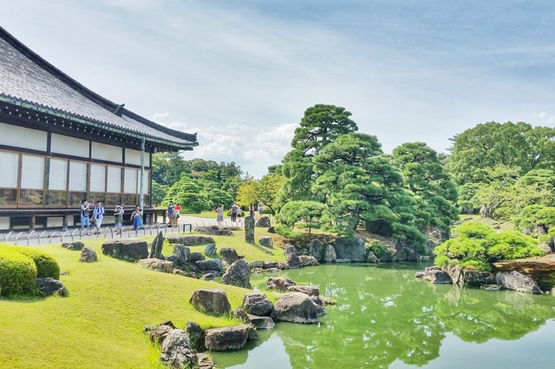 Best UNESCO world heritage sites to visit in Kyoto. Nijo Castle. Japanese garden. Backpacking Japan