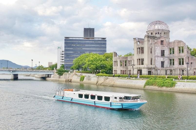 Kyoto to Hiroshima shinkansen bullet train with JR pass. Hiroshima and Miyajima one day trip: Miyajima ferry from Hiroshima peace park. Backpacking Japan.