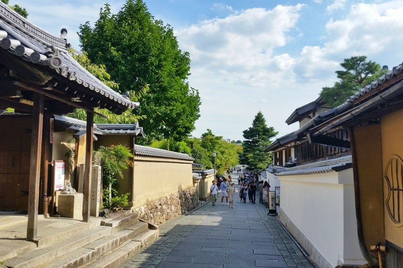 Gion to Kiyomizu-dera walk: Chion-in Temple to Ninenzaka and Sannenzaka slope. Kyoto. Backpacking Japan travel
