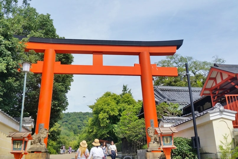 Gion to Kiyomizu-dera walk: Yasaka shrine Gion to Chion-in Temple, Kyoto. Backpacking Japan travel