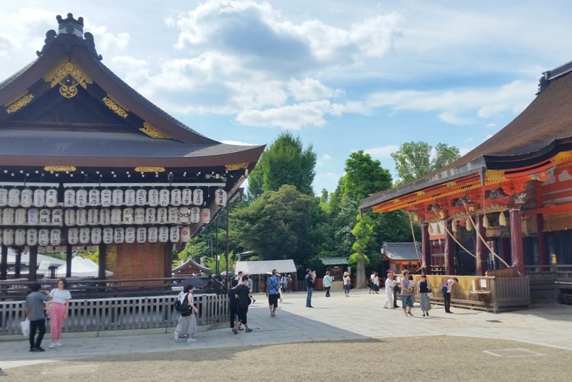 Gion to Kiyomizu-dera walk: Yasaka shrine in Gion, Kyoto. Backpacking Japan travel