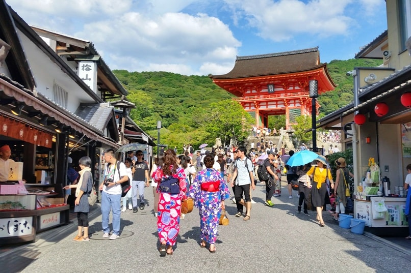 Gion to Kiyomizu-dera walk: Ninenzaka and Sannenzaka to Kiyomizu-dera Temple. Or Kiyomizu-dera to Gion. Kyoto. Backpacking Japan travel