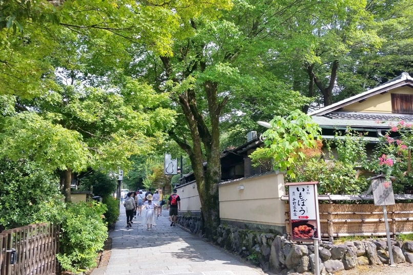 Gion to Kiyomizu-dera walk: Gion to Chion-in Temple or Yasaka Shrine to Chion-in Temple, Kyoto. Backpacking Japan travel