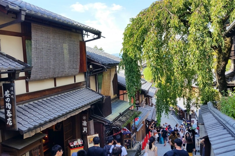 Gion to Kiyomizu-dera walk: Gion to Ninenzaka and Sannenzaka slope. Kyoto. Backpacking Japan travel