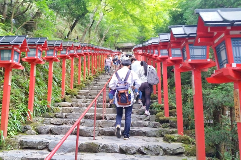 Kurama to Kibune hike, Kyoto: kifune-jinja shrine entry stairs. Backpacking Japan