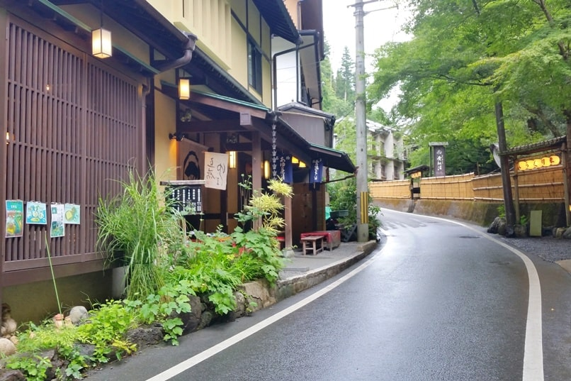 Kurama to Kibune hike, Kyoto: Street to kifune-jinja shrine. Backpacking Japan