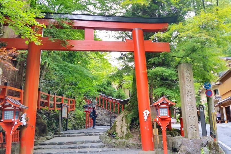 Kyoto station to Kurama to Kibune shrine hike. Best things to do in Kurama as day trip from Kyoto. Backpacking Japan