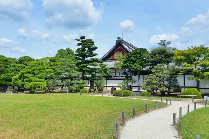 Visit to Nijo Castle. Honmaru-goten palace and Japanese gardens. Backpacking Kyoto Japan