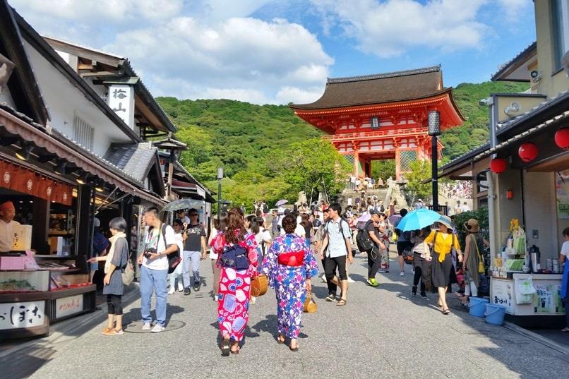 Ninenzaka and Sannenzaka, Kyoto. Gion to Kiyomizudera Temple or Kiyomizudera to Gion. Backpacking Kyoto Japan