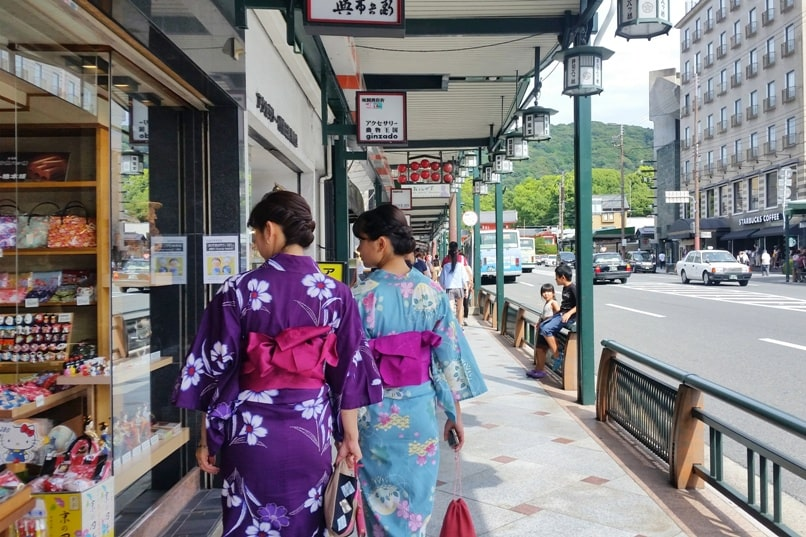 One day in Kyoto with bus pass: Visit to Gion with kimono rental for souvenir shopping and gift shopping. Backpacking Kyoto Japan