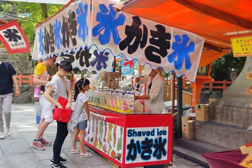 Yasaka Shrine visit, Gion Kyoto. Food and snacks with shaved ice. Backpacking Kyoto Japan travel tips