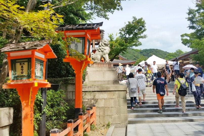 Yasaka Shrine visit, Gion Kyoto. Gion to Kiyomizu-dera Temple, or Kiyomizu-dera to Gion. Backpacking Kyoto Japan travel tips