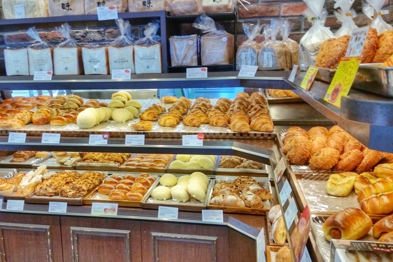 Cost of food in Japan - bread bakery. price of food at bakery. Foodie travel backpacking Japan.