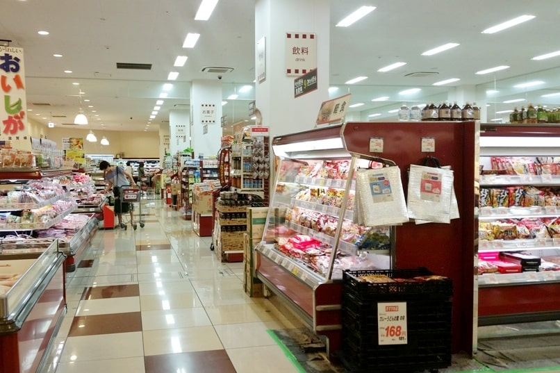 Cost of food in Japan - grocery stores in Japan for cheap food on a budget travel tips. Foodie travel backpacking Japan.