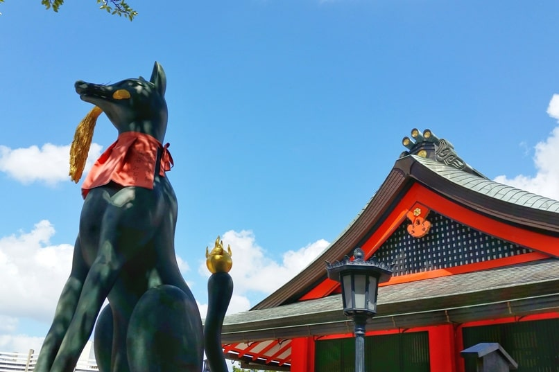 Fushimi inari taisha shrine visit - fox. Backpacking Kyoto Japan