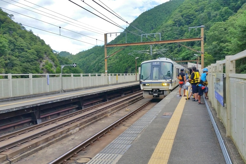 Hozugawa river rafting tour in Arashiyama Kyoto - walk to hozukyo jr station. Backpacking Kyoto Japan