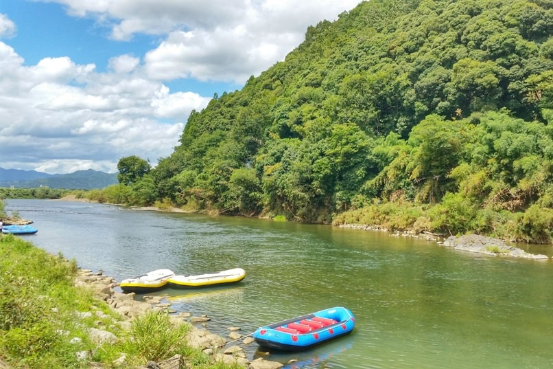 Hozugawa river rafting tour in Arashiyama Kyoto - start at river. Backpacking Kyoto Japan
