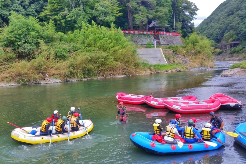 Hozugawa river rafting tour in Arashiyama Kyoto - safety training and instructions for first timing rafting. Backpacking Kyoto Japan