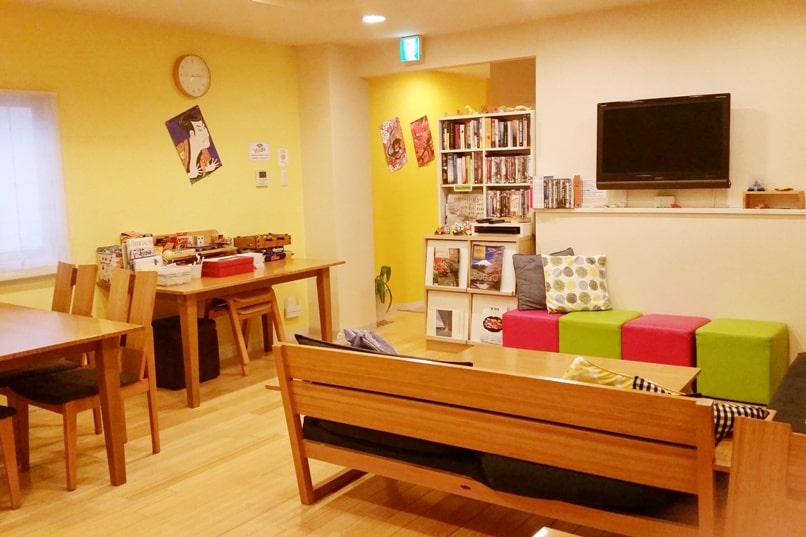 K's house hostels in Japan with common area with wifi and tv. Backpacking Japan on a budget for solo travelers and backpackers, cheap accommodation.