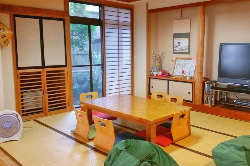 K's house Mt Fuji hostel in Kawaguchiko. Hostel with common area. Backpacking Japan on a budget for solo travelers and backpackers, cheap accommodation.