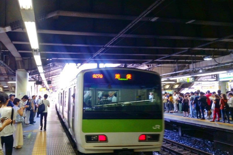 Shinagawa to Shinjuku: Getting around Tokyo by train to Shinjuku train station on JR Yamanote line. Backpacking Tokyo Japan