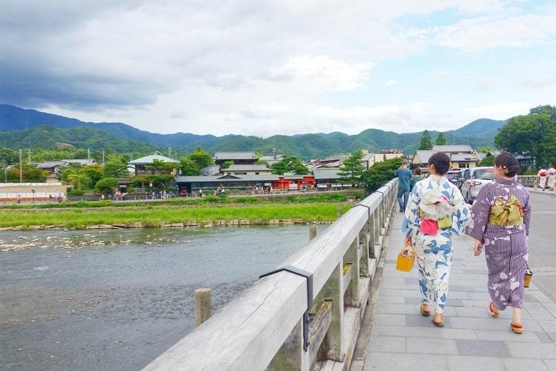 Walk across Togetsukyo bridge. Kimono rental in kyoto. One day in Arashiyama and Sagano. Backpacking Kyoto Japan