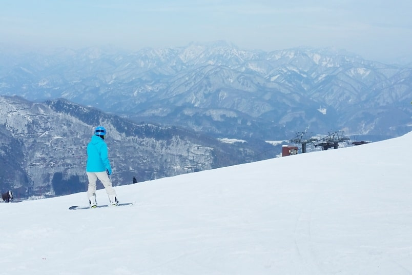 K's house hakuba hostel - shuttle bus to happo-one ski resort. best ski resorts in nagano. Backpacking Japan Alps winter ski or snowboarding trip
