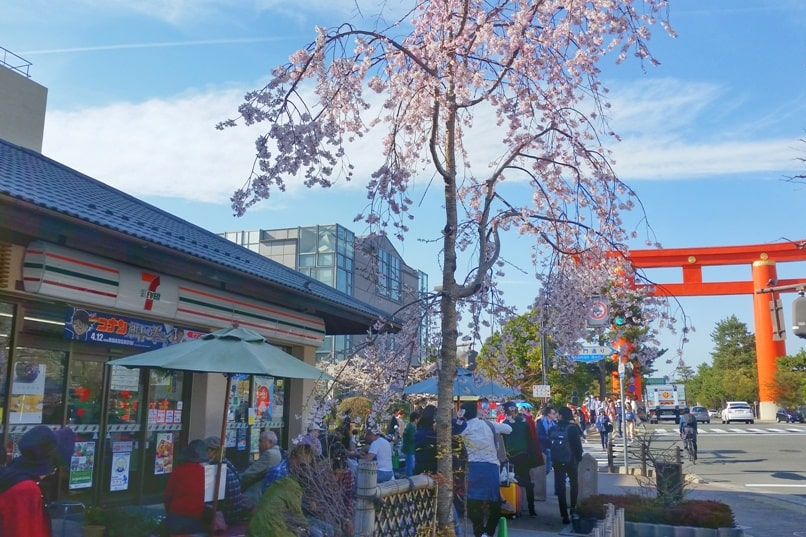 Best cherry blossom photo spots in Kyoto - 7-eleven convenience store in japan near heian shrine. maruyama park gion to heian shrine. Backpacking Kyoto Japan