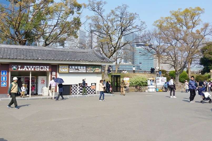 Osaka castle with cherry blossoms - how to get there - osaka castle moat boat ride where to buy tickets - things to do in osaka to see cherry blossoms. Backpacking Osaka Japan