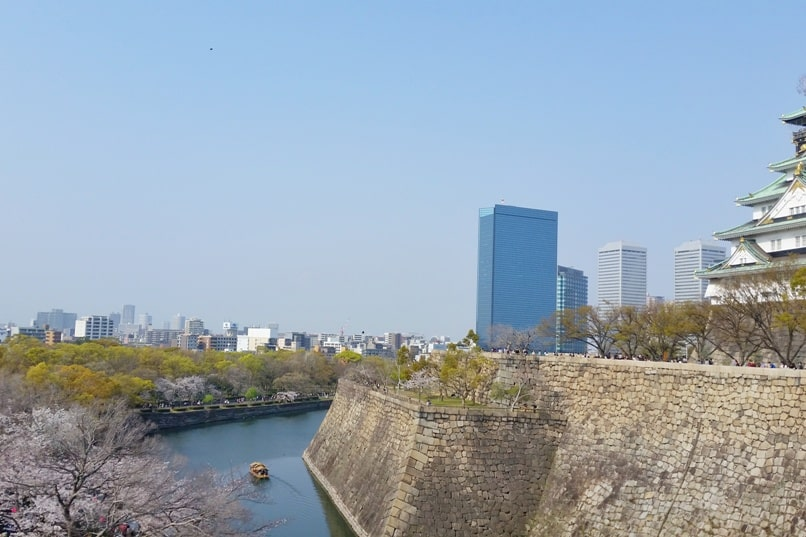Osaka castle moat with cherry blossoms - boat ride - best cherry blossom spots in osaka - things to do in osaka to see cherry blossoms. Backpacking Osaka Japan