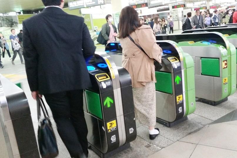 Tokyo to Chureito Pagoda. Start at Tokyo Shinjuku train station - how to use suica card, pasmo card, ic card. Backpacking Tokyo Japan