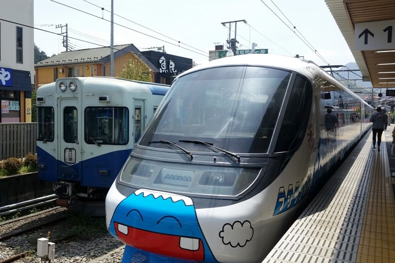 Tokyo to Chureito Pagoda. Otsuki to kawaguchiko train fujisan limited express. Backpacking Tokyo Japan