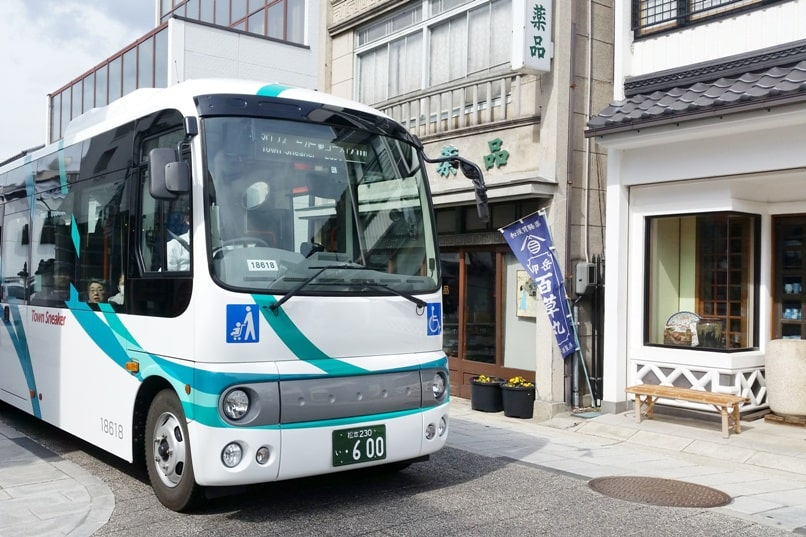 Nakamachi street bus for sightseeing town sneaker bus in Matsumoto tour. Backpacking japan travel blog