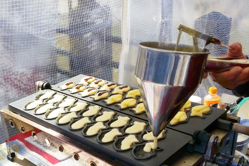 Taiyaki - Japanese street food in Japan. make fresh at food stall on street. foodie. Backpacking Japan travel blog.