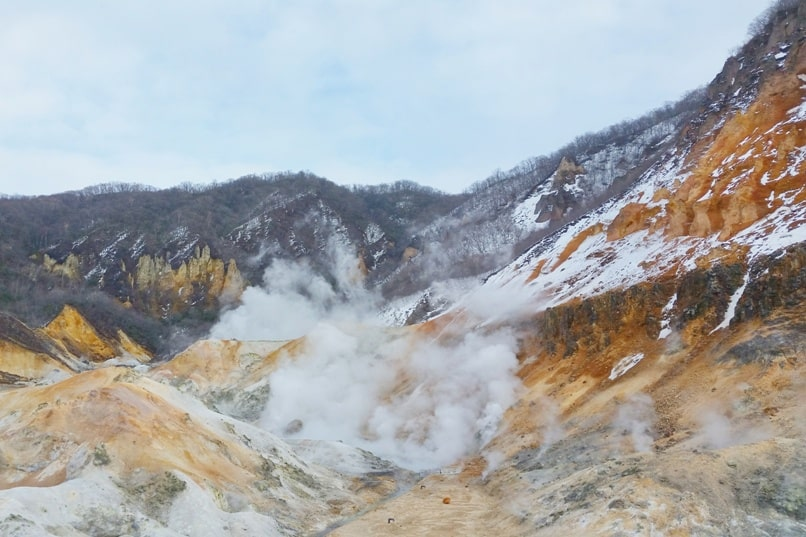 Hokkaido Japan winter itinerary with 7-day JR Hokkaido pass. Noboribetsu onsen. jigokudani hell valley japan. 6 days in Hokkaido. Backpacking Japan winter travel blog