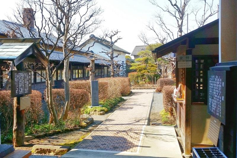 Obuse in Nagano. Town street walk. Backpacking Japan travel blog