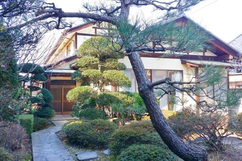 Obuse in Nagano. Japanese gardens. Town street walk. Backpacking Japan travel blog