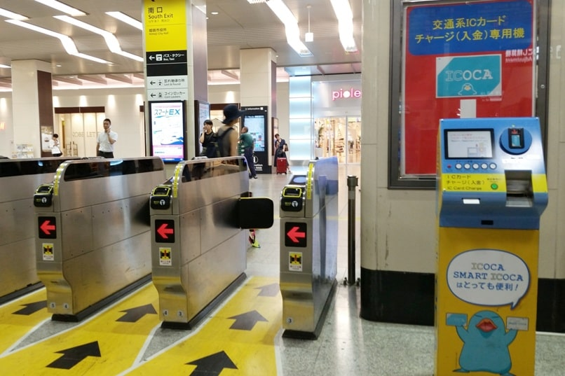 PASMO card in Tokyo. How to add money for pasmo card - recharge station near ticket gate. Backpacking Japan