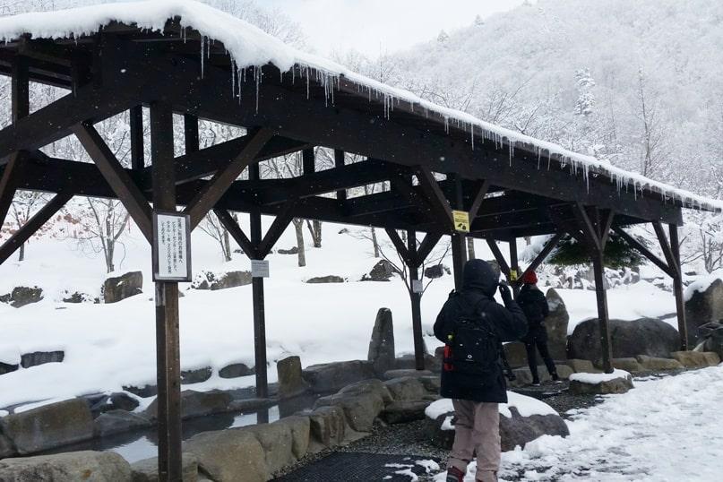 Shinhotaka ropeway in winter. foot onsen hot springs foot bath in Japanese alps. Backpacking Japan winter travel blog