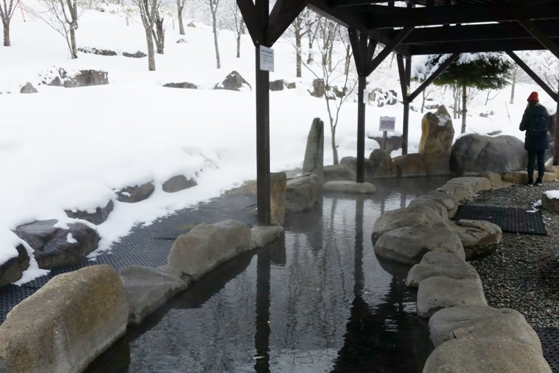 Best things to do in Japanese alps in winter in cloudy weather or bad weather. foot bath onsen hot springs from shinhotaka ropeway. Day trip from Takayama. Backpacking Japan winter travel blog