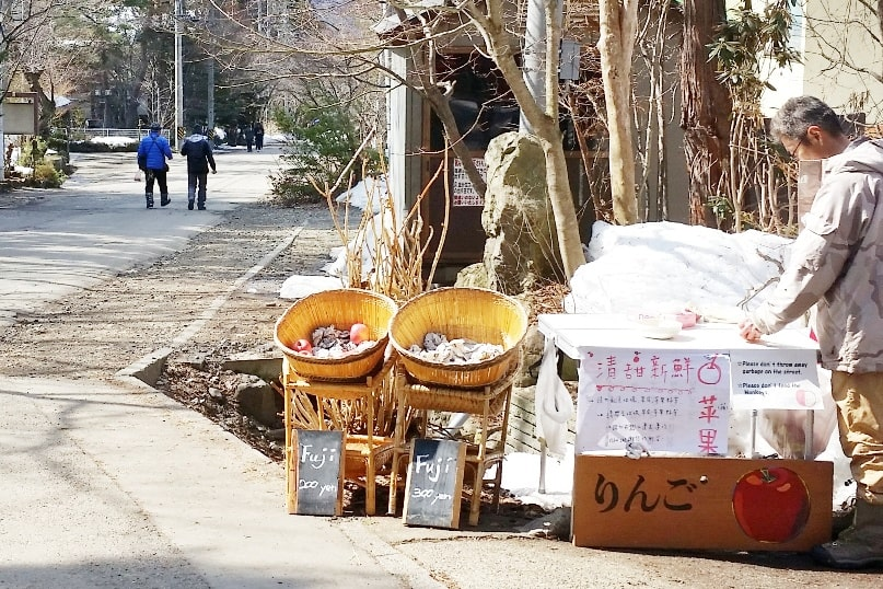 Walk to get from Jigokudani monkey park to Shibu Onsen. where to eat fruit apples near jigokudani monkey park. 2 day Nagano winter itinerary with snow monkey pass. Backpacking Japan travel blog