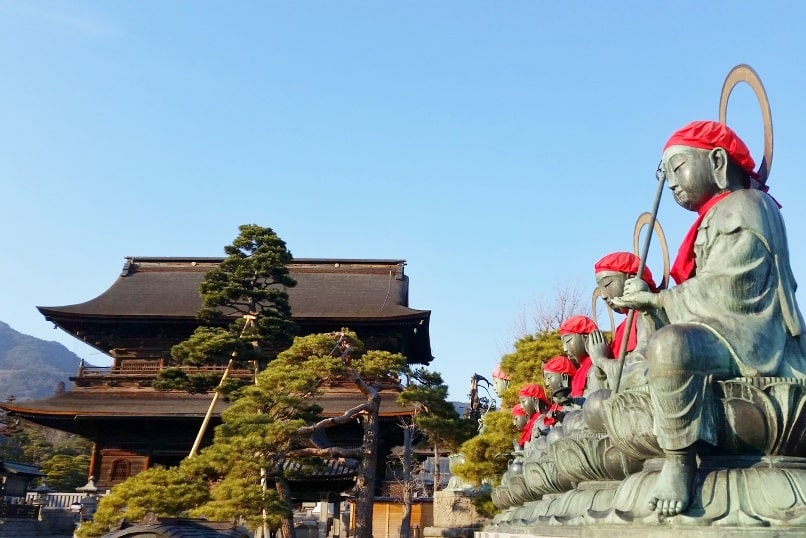 Zenkoji Temple in Nagano. 2 day Nagano winter itinerary with snow monkey pass. Backpacking Japan travel blog