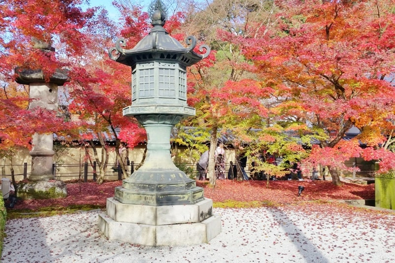 Autumn in Kyoto Japan. Best places to visit in Kyoto for fall foliage colors. Eikando Temple, philosopher's path walk. October, November, December. koyo momiji photos spots. red orange yellow. Kyoto Japan travel blog